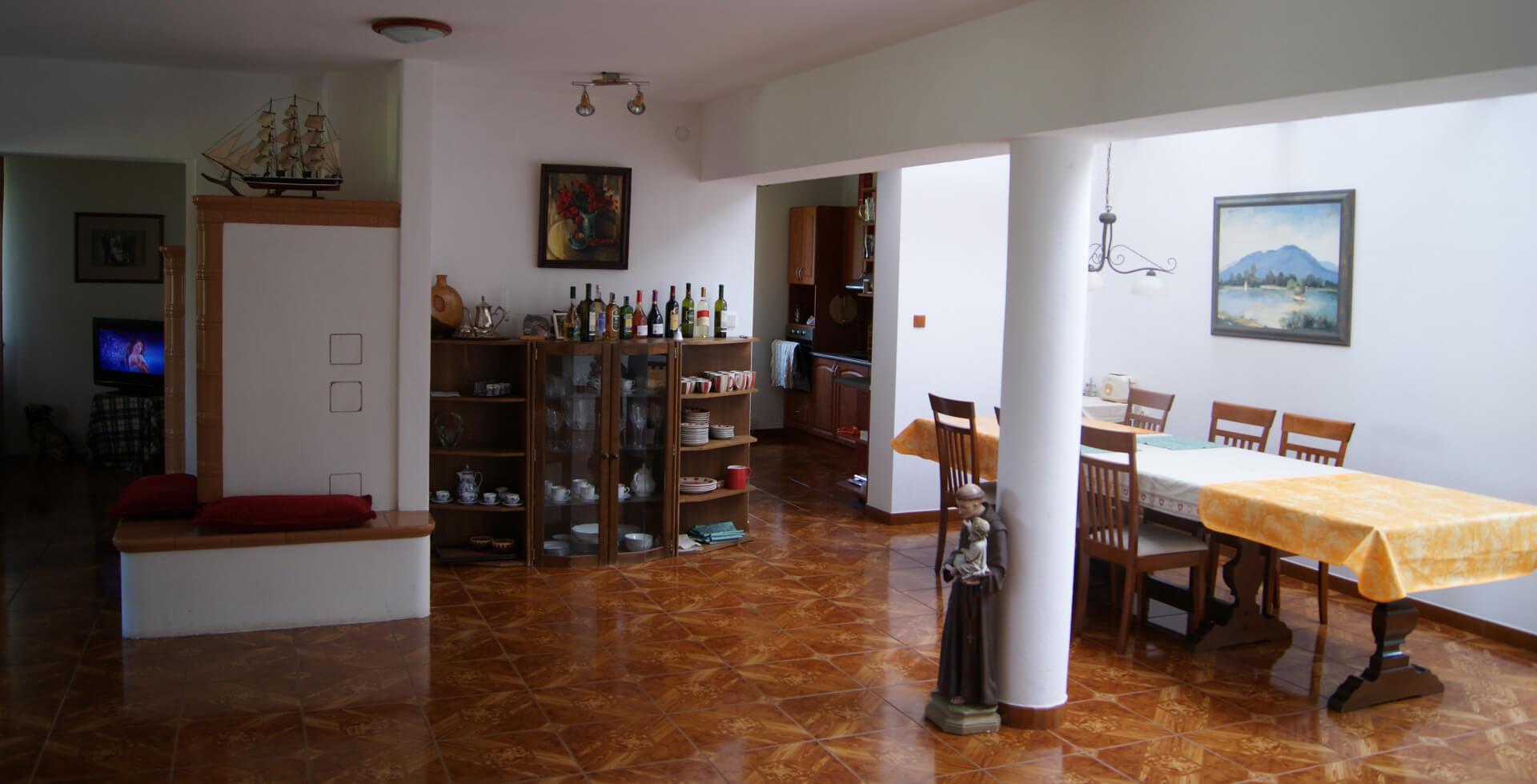 Priestranná vstupná hala so stolovaním a posedením pri peci